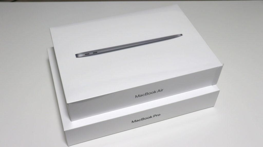 Macbook AirとProのパッケージを重ねたところ